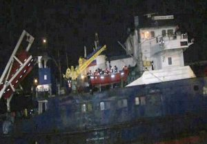 645x450-russian-vessel-runs-ashore-in-istanbul-due-to-southwesterly-winds-crew-waiting-to-be-evacuated-1480706534925